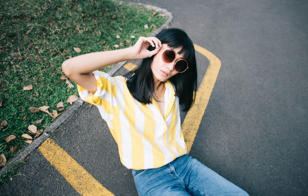 jak usunąć tło ze zdjęcia żółta koszula